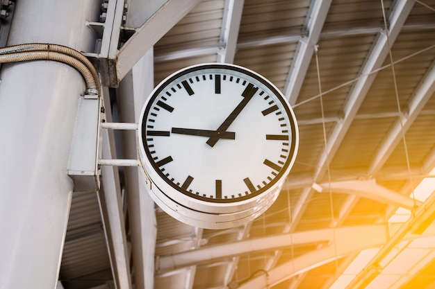 O relógio na estação de trem