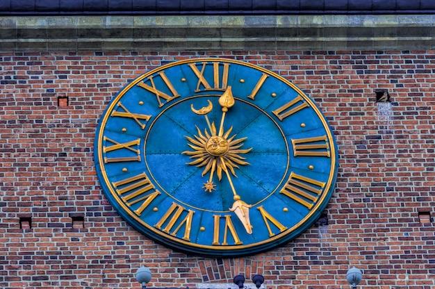 O relógio na torre da prefeitura na praça principal de cracóvia