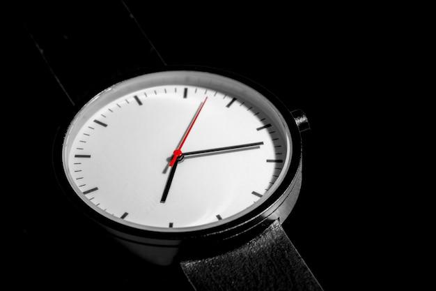 O relógio no escuro.