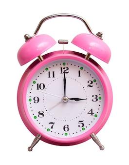 O relógio rosa em um branco isolado mostra 3 horas