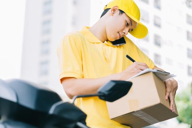 O remetente asiático está ligando para o cliente para obter as mercadorias