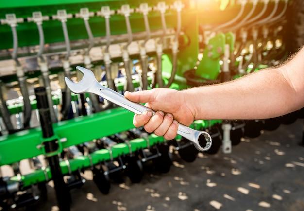 O reparo mecânico colheitadeira. máquinas agrícolas modernas