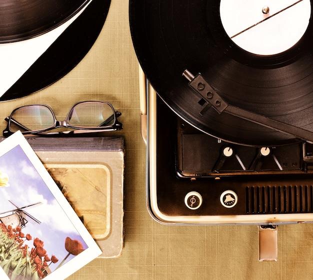 O reprodutor vintage de discos de vinil com tonalidade retro