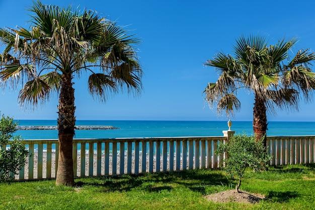 O resort à beira-mar com uma bela vista do mar azul a torre do salva-vidas