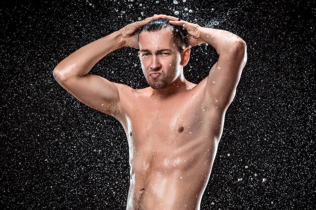 O respingo de água no rosto masculino