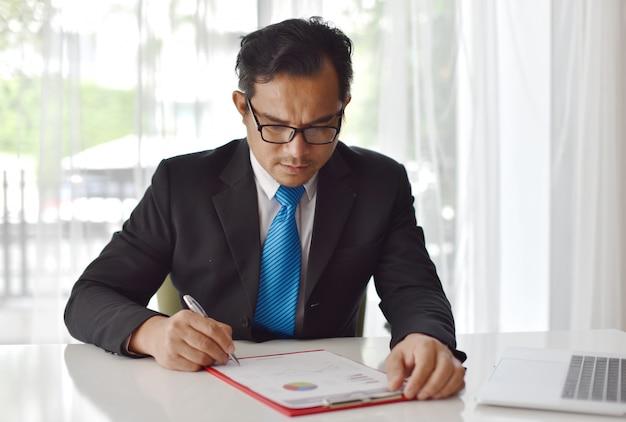 O resumo do trabalho e os resultados da empresa são colocados na mesa de reunião para obter informações no planejamento de negócios
