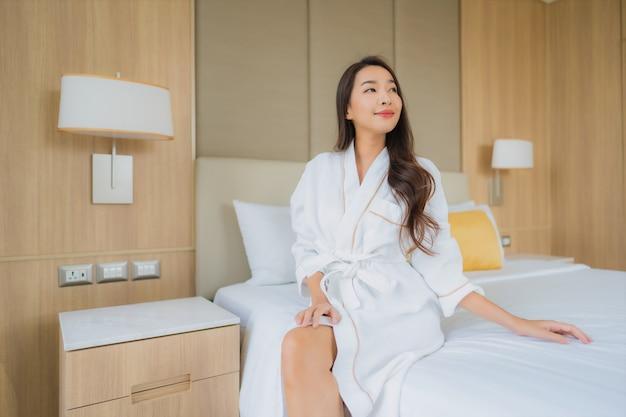 O retrato asiático novo bonito da mulher sorri feliz relaxa e lazer
