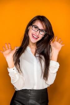 O retrato da jovem mulher com emoções felizes
