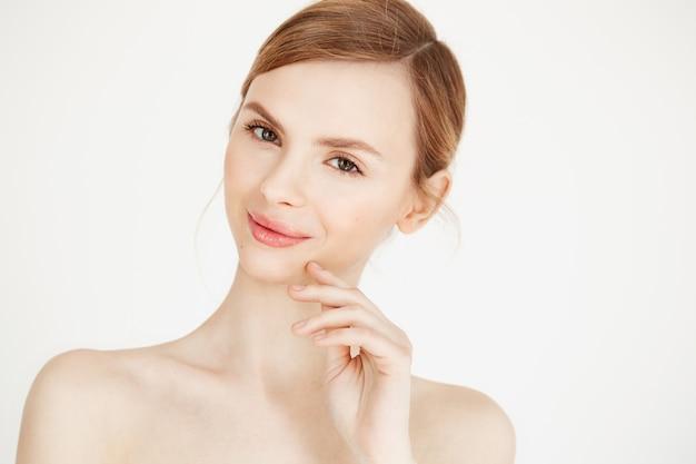 O retrato da menina bonita despida com natural compõe o sorriso. estilo de vida de saúde e beleza.