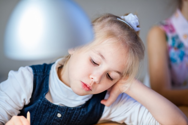 O retrato da menina loira na oficina de decoração de gengibre