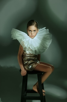 O retrato da moda da bela jovem adolescente no estúdio