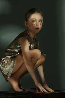 O retrato da moda da jovem garota pré-adolescente bonita no estúdio
