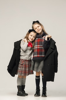 O retrato da moda das meninas adolescentes bonitas no estúdio