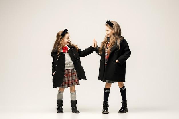 O retrato da moda das meninas adolescentes bonitas