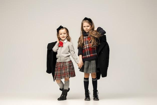 O retrato da moda de belas garotas adolescentes em estúdio