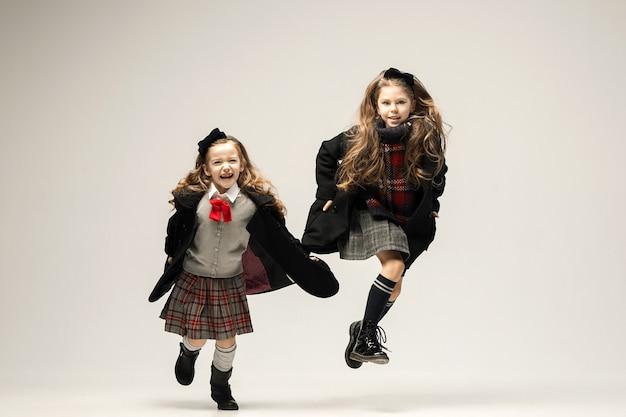 O retrato da moda de lindas meninas adolescentes