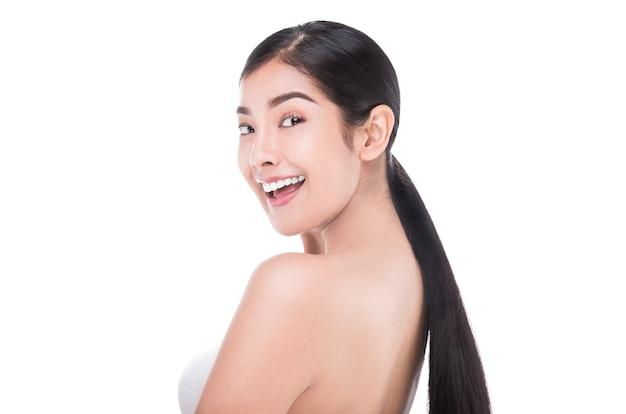 O retrato da mulher bonita do cuidado de pele aprecia e feliz