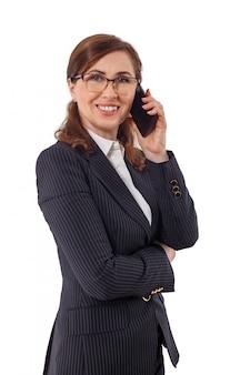 O retrato das orelhas bonitas de uma mulher de negócios 50 velhas nos braços cruzados levanta isolado no branco.