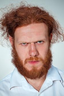 O retrato de homem enojado