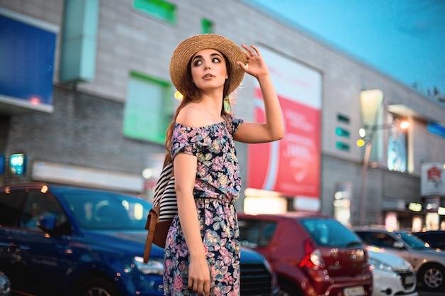 O retrato de mulher moda jovem bonita na moda posando na cidade na europa