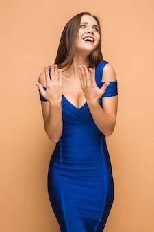 O retrato de uma jovem com emoções felizes