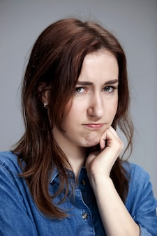 O retrato de uma linda menina triste closeup