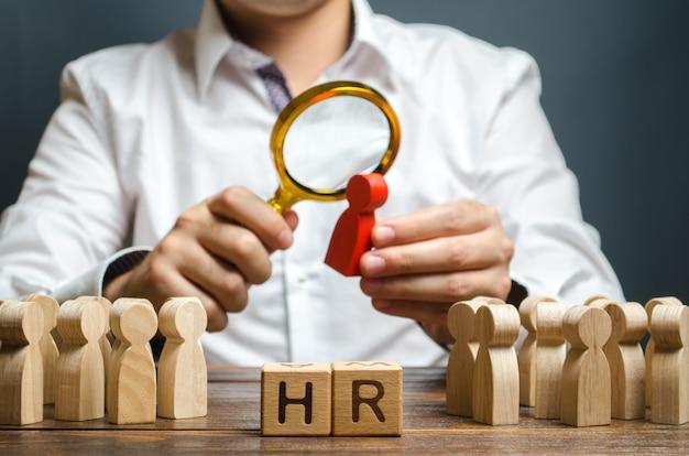 O rh examina uma figura vermelha do candidato recrutando novos trabalhadores headhunters recursos humanos