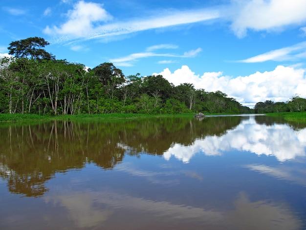 O rio amazonas no peru, américa do sul