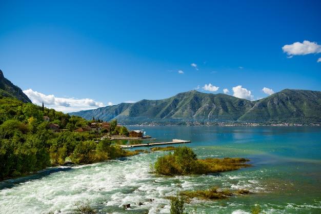 O rio do porto e da montanha na baía de boka kotor (boka kotorska), montenegro, europa.