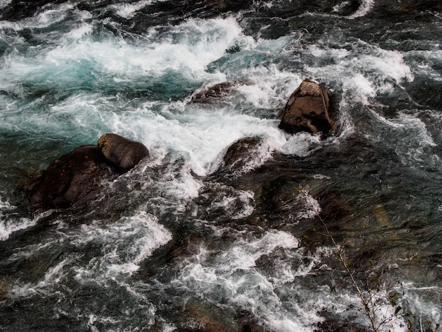 O rio flui através das rochas.