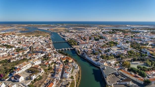 O rio gilao e as pontes da cidade de tavira.
