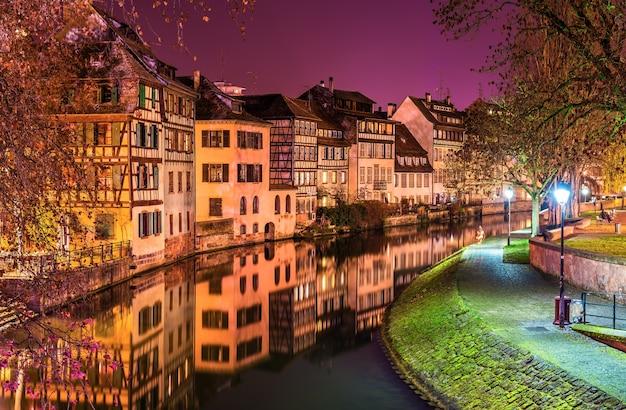 O rio ill na área de petite france, estrasburgo