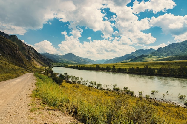 O rio katun flui entre as montanhas e colinas.