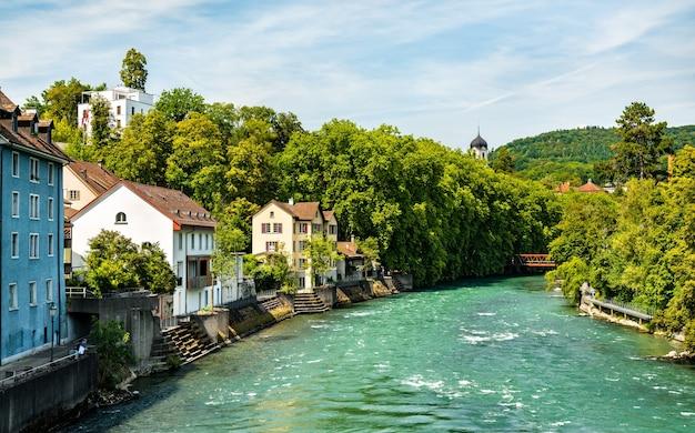 O rio limmat em baden - aargau, suíça