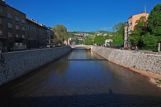 O rio na cidade de sarajevo, bósnia e herzegovina