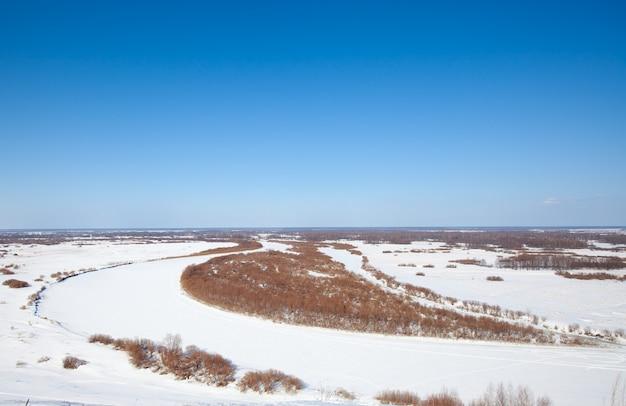 O rio na vista superior do inverno