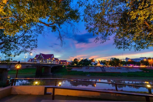 O rio nan e o parque para relaxar caminhando ao pôr do sol em phitsanulok, tailândia.