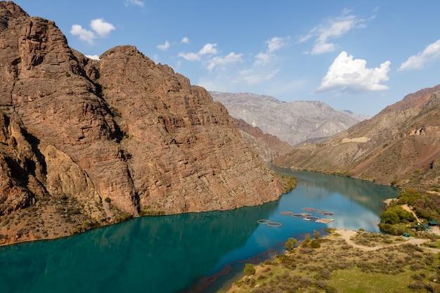 O rio naryn nas montanhas de tian shan, quirguistão