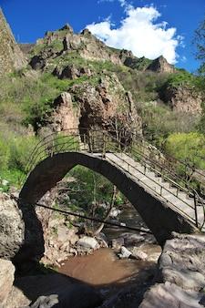 O rio nas montanhas do cáucaso da armênia