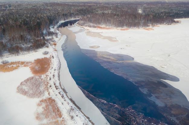 O rio negro deságua no golfo da finlândia, na reserva natural gladyshevsky, na região de leningrado, em são petersburgo, no inverno. vista aérea e drone