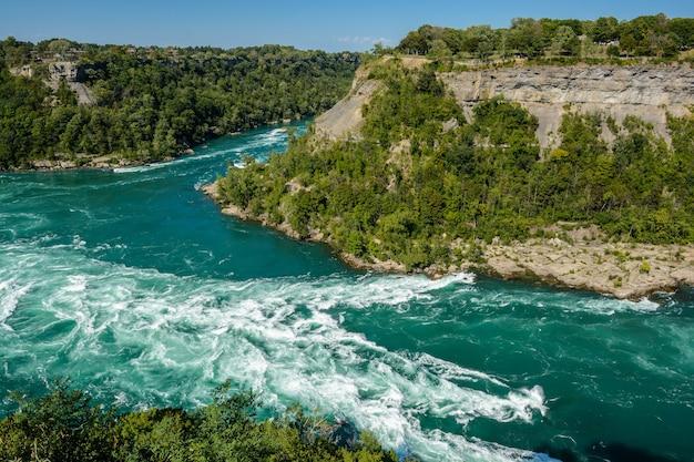 O rio niagara em whirlpool rapids, na fronteira do canadá e dos estados unidos