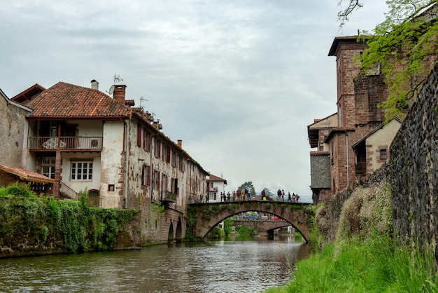 O rio nive em saint-jean-pied-de-port, frança