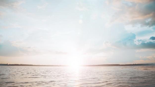 O rio no pôr do sol, estilo vintage pastel