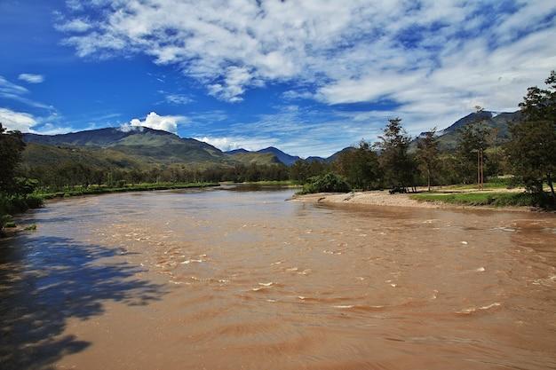 O rio no vale de wamena, papua, indonésia
