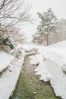 O rio onsen flui através da cidade no japão.