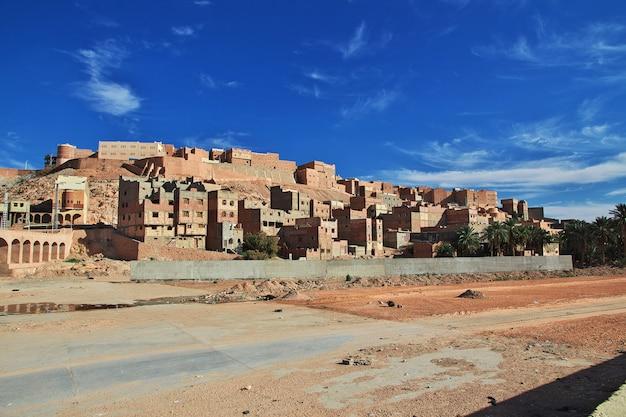 O rio seco em ghardaia é cidade, deserto do saara, argélia