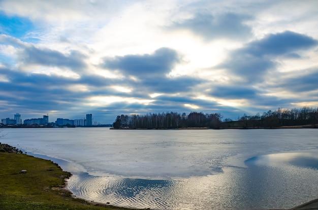 O rio svisloch flui em minsk e cria pontos cênicos.