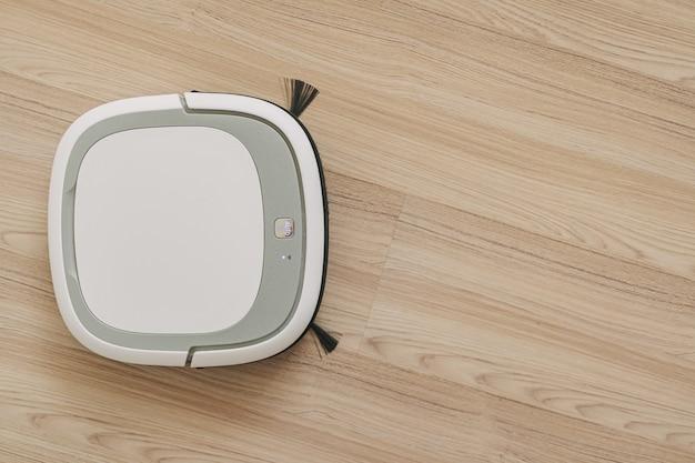 O robô do aspirador está trabalhando no chão do apartamento