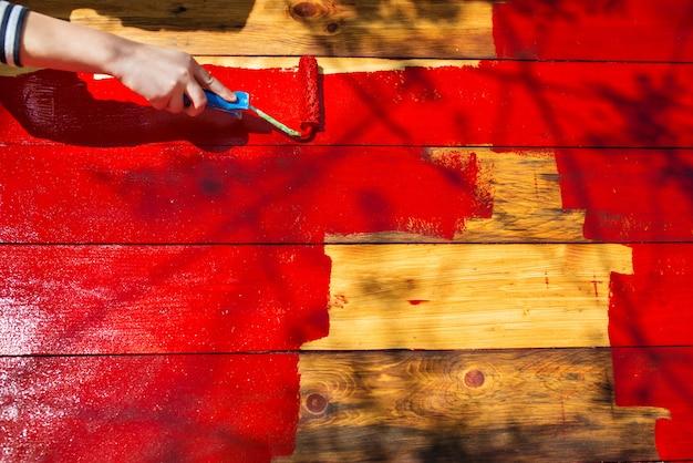O rolo de pintura pinta a mesa