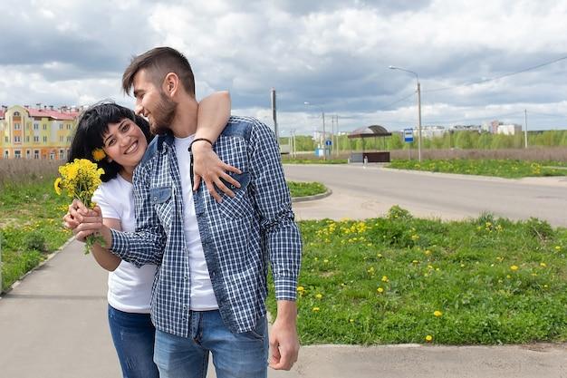 O romântico e lindo casal de namorados na rua